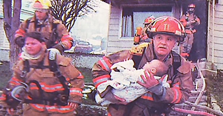 Yangından kurtardığı Küçük Kızın 17 Yıl Sonra Mezuniyetine Katılan İtfaiyeci